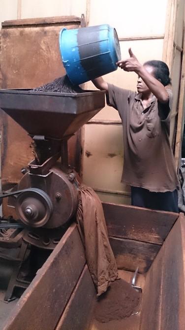 Moliendo café en la fábrica Nure, Harar. Foto: eaTropía