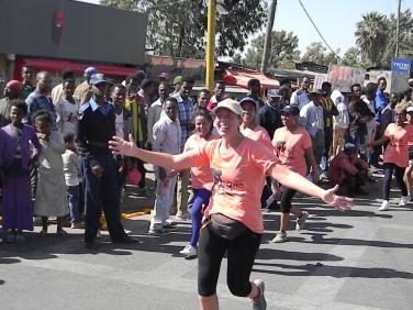 Mi amiga Llanos en la carrera. Foto: entreColyCol