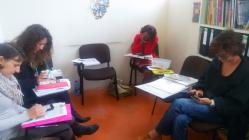 Actividad con WhatsApp en clase, todas muy ocupadas escribiendo :) Foto: eaTropía